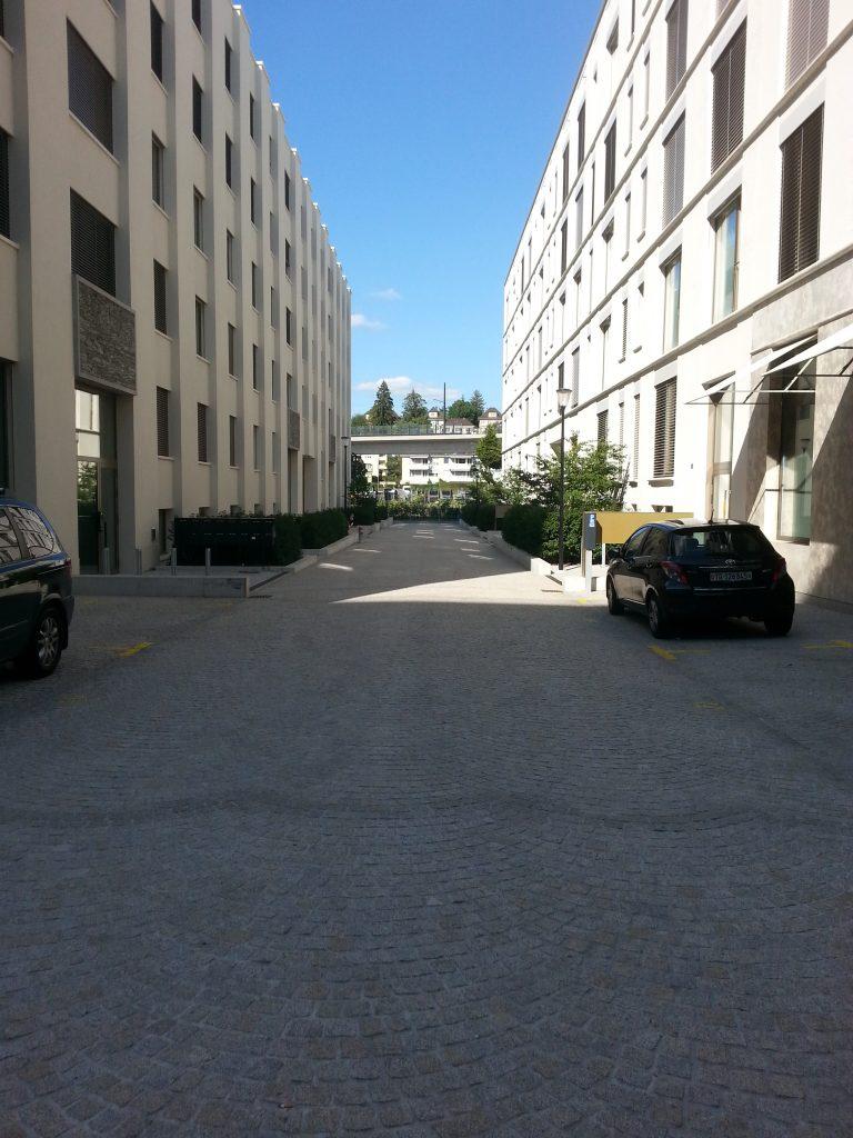 Typische unakttrative Seitenstrasse welche ins Nirgendwo führt