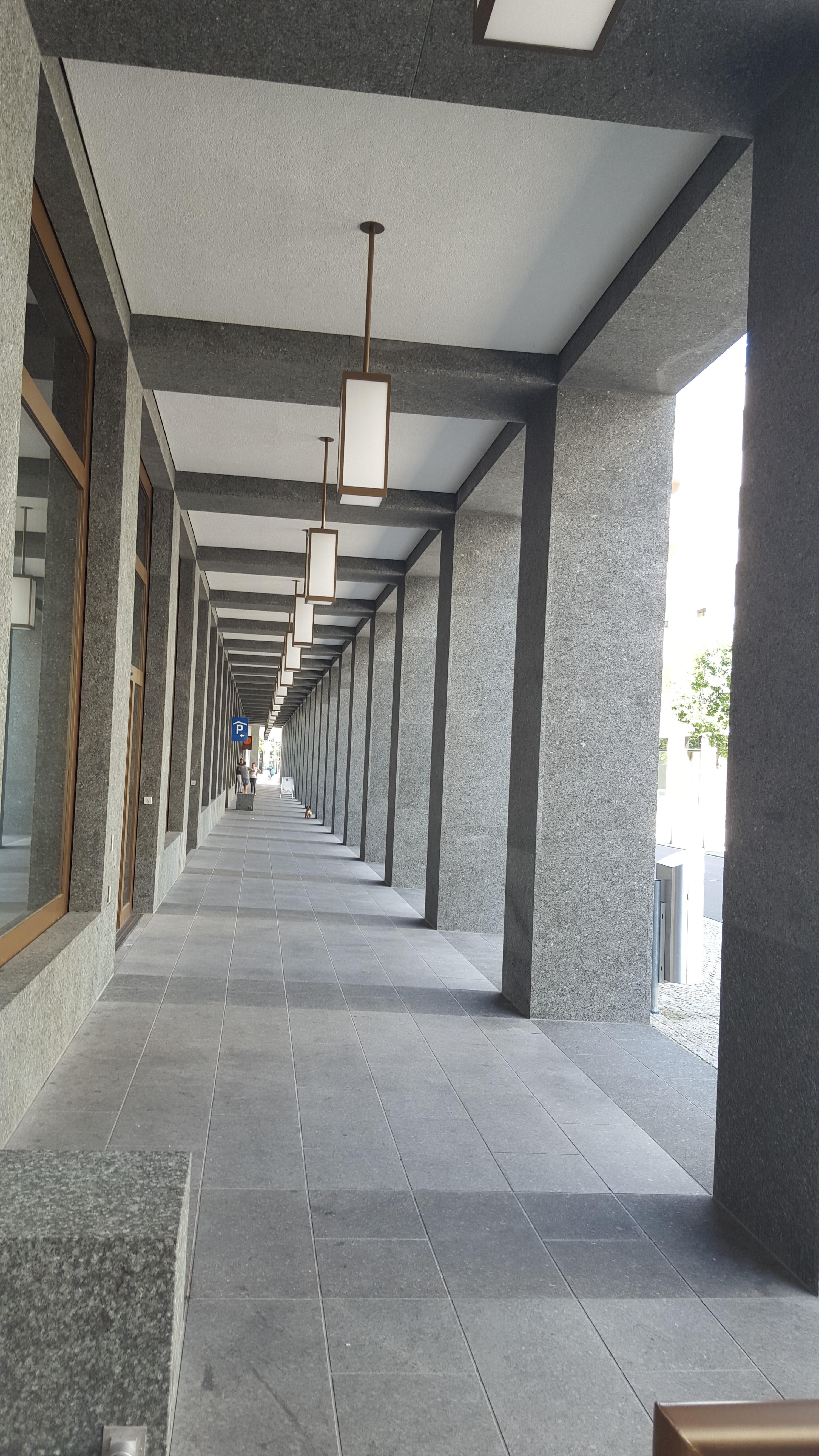 Überinstrumentierte Fassadengestaltung im Erdgeschoss